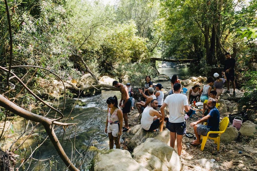 Des gens sur le bord d'une rivière.