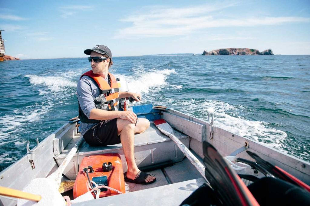 Jacques Leblanc qui conduit un bateau.