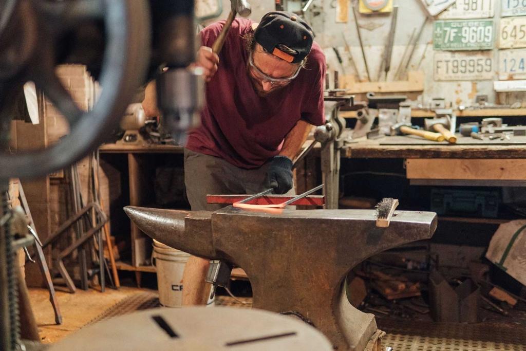 Thomas Lefebvre forgeant un kit d'outils de foyer